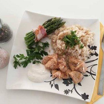 Szparagi w boczku z brązowym ryżem w przyprawach i kurczakiem z sosem czosnkowym