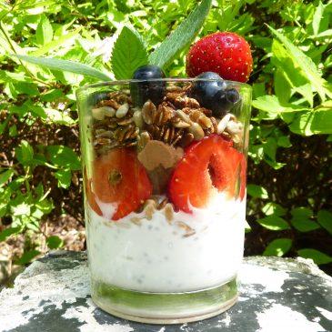 Deser czekoladowy z avokado, jogurtem, owocami i granolą