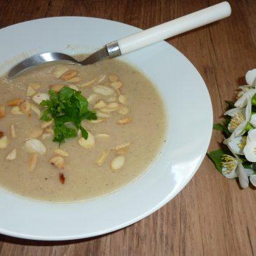 Zupa krem z białych warzyw z płatkami migdałów