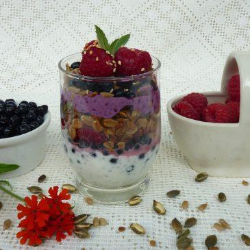 Deser malinowo-jagodowy z granolą z płatków i prażonych ziaren