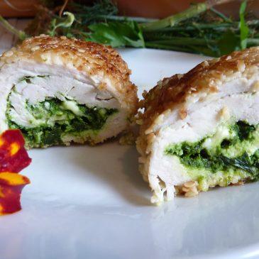 Zawijane kotlety drobiowe w sezamie z serem typu feta i pietruszkowo-kolendrowym pesto