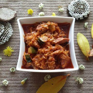 Kapusta kiszona z mięsem grillowanym i cukinią