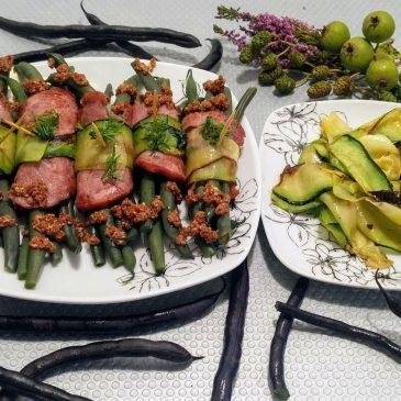 Fioletowa fasolka szparagowa z wędliną i cukinią