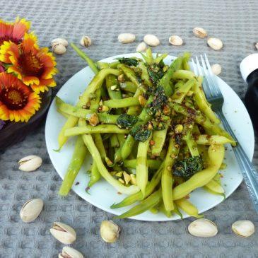 Fasolka szparagowa z olejem dyniowym, prażonymi pistacjami i czipsami szałwiowymi