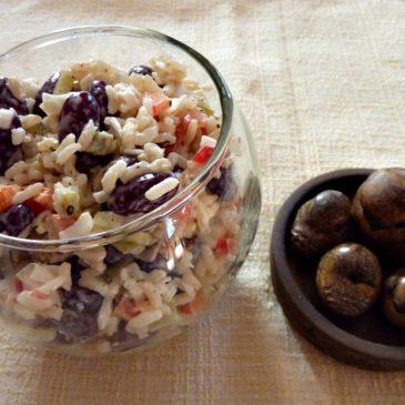 Sałatka z brązowego ryżu, fasoli, pora, ogórka i majonezu