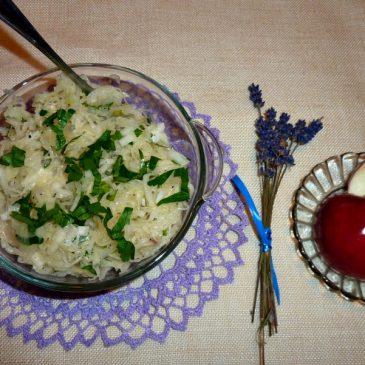 Surówka z kiszonej kapusty i kiszonego jabłka