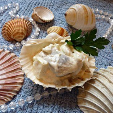 Filety śledziowe z czosnkiem w sosie majonezowo-śmietanowym