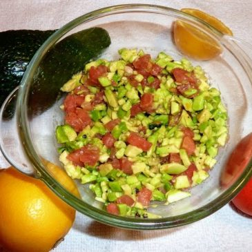 Avocado z pomidorem i cytryną