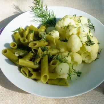 Makaron z zielonego groszku z kalafiorem i koperkiem