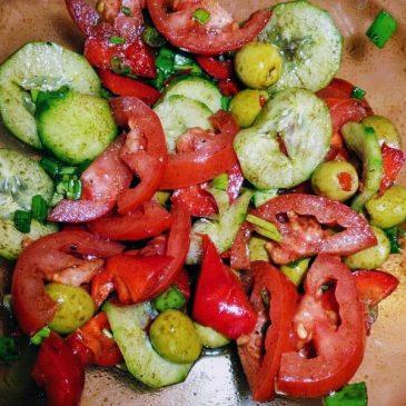Surówka z ogórka i pomidora z oliwkami i olejem dyniowym
