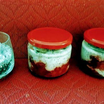 Deser truskawkowy z mlekiem kokosowym z nasionami chia i migdałami