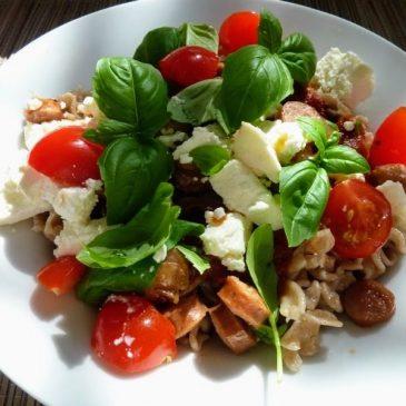 Makaron orkiszowy z sosem pomidorowo-bazyliowym, serem typu feta i parówką