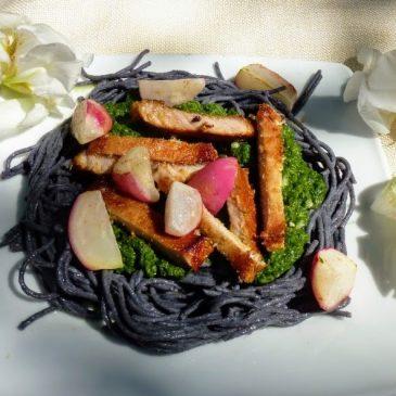 Makaron z czarnej fasoli ze szpinakiem, schabem i smażoną rzodkiewką