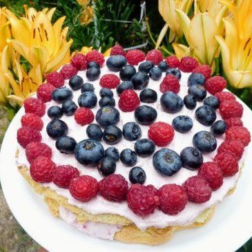 Orkiszowy tort malinowy z borówką amerykańską