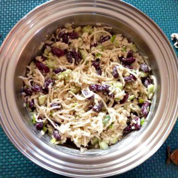Sałatka z brązowego ryżu, czerwonej fasoli i selera.