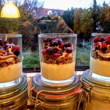 Roślinne cytrynowe ptasie mleczko z owocami i prażonym słonecznikiem