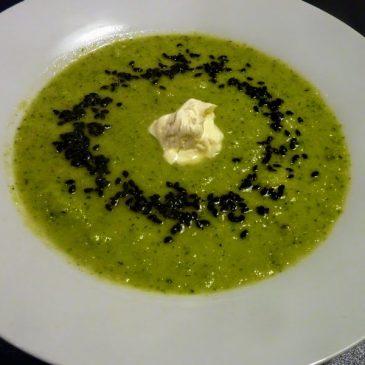 Zupa krem z brokułów, białych warzyw z prażonym czarnym sezamem