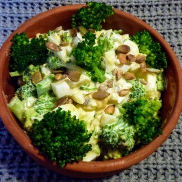 Sałatka z brokułem, jajkiem, kwaśnym jabłkiem i sosem czosnkowym