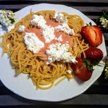 Makaron z ciecierzycy z truskawkami, jogurtem domowym i białym serem