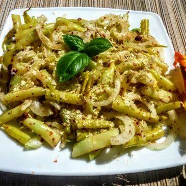 Fasolka szparagowa z cebulą i suszonymi pomidorami