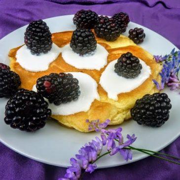 Bezglutenowy omlet jaglany z jeżynami