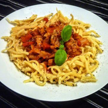 Kapusta włoska z papryką i czerwoną cebulą w sosie pomidorowym
