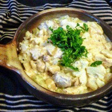 Filet z kurczaka z kalafiorem, korzeniem pietruszki i cebulą