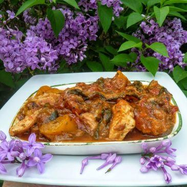 Filet z kurczaka z grillowaną cukinią, czerwoną cebulą, papryką i pomidorami