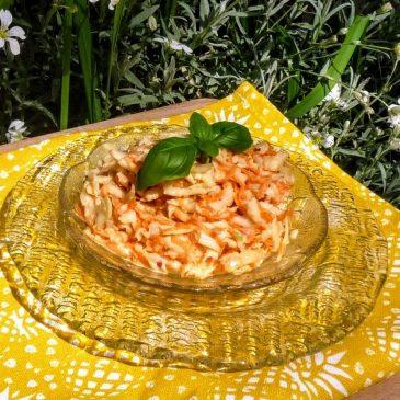 Surówka z białej kapusty, czerwonej cebuli, marchewki, ogórka i jabłka