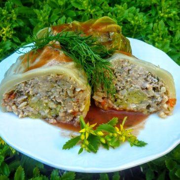 Gołąbki z młodej kapusty z brązowym ryżem, mięsem, papryką i świeżym majerankiem
