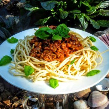 Spaghetti z ciecierzycy w sosie bolognese