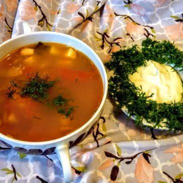 Wegetariańska zupa warzywna z pomidorami