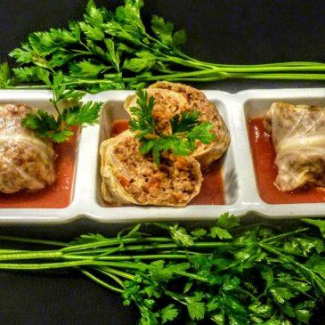 Wegetariańskie gołąbki z kaszą gryczaną, papryką i cebulą