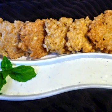 Bezglutenowe placuszki z ryżu brązowego z sosem czosnkowym