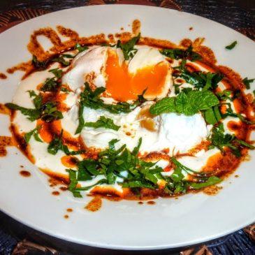 Çilbir – jajka w koszulce na jogurcie domowym